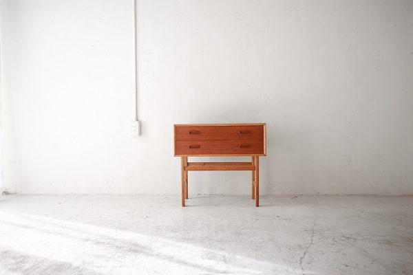 北欧ヴィンテージ家具のチーク材スモールチェスト