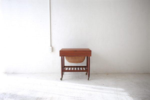 北欧ヴィンテージ家具のチーク材バスケット付きソーイングテーブル